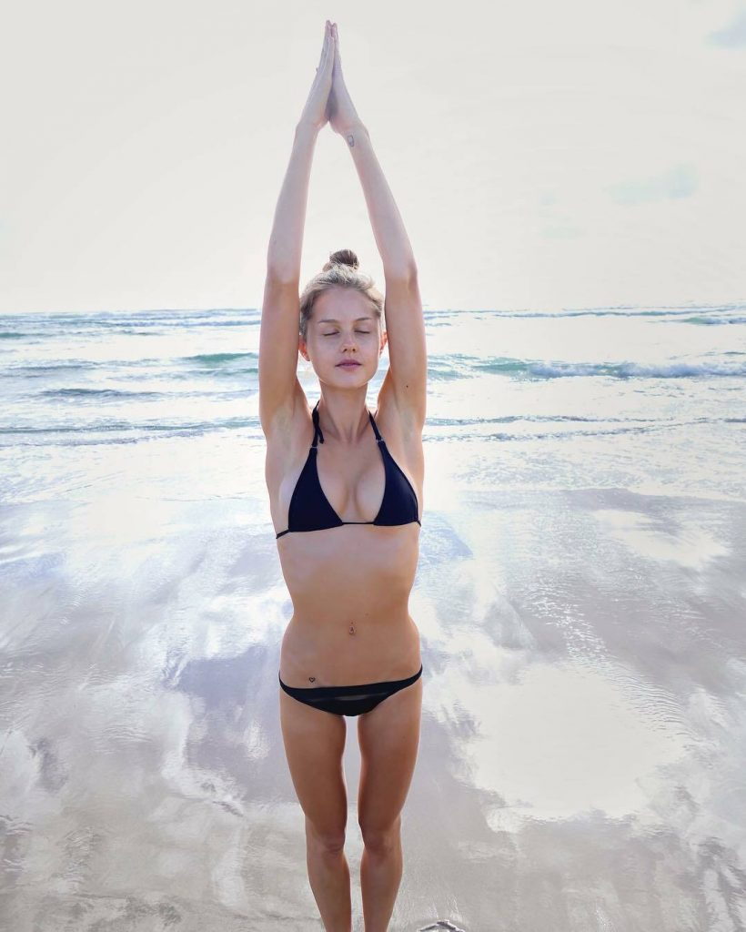 Aussie Hottie Isabelle Cornish Displaying Her Perfect Body gallery, pic 13