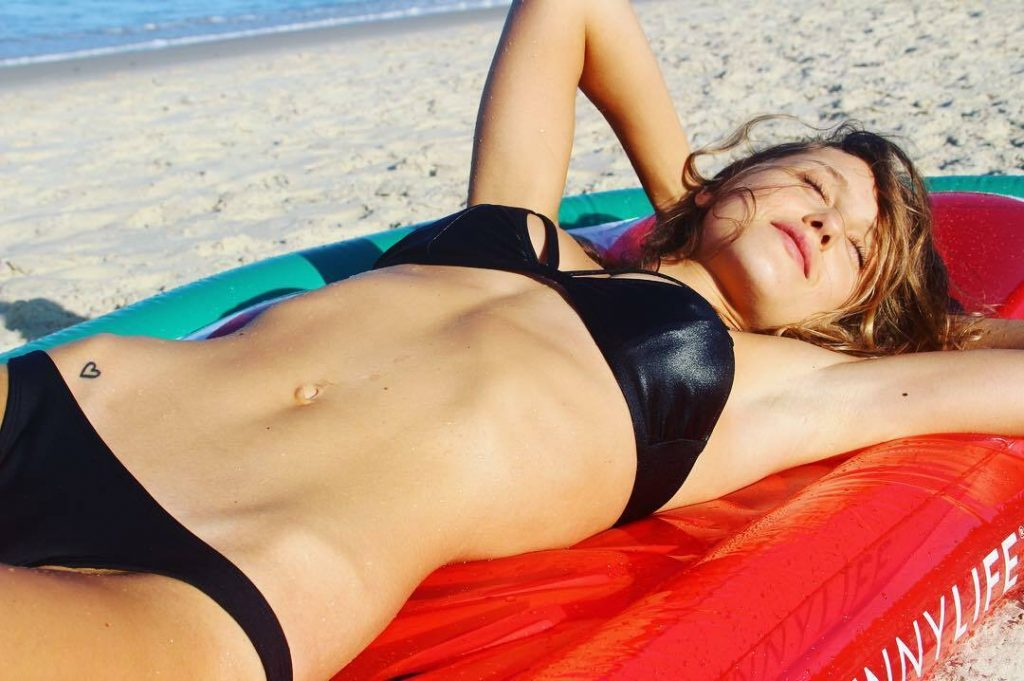 Aussie Hottie Isabelle Cornish Displaying Her Perfect Body gallery, pic 14