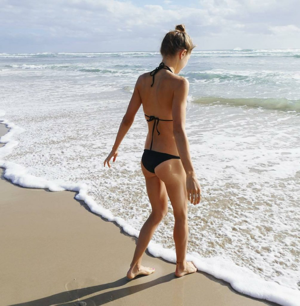 Aussie Hottie Isabelle Cornish Displaying Her Perfect Body gallery, pic 17