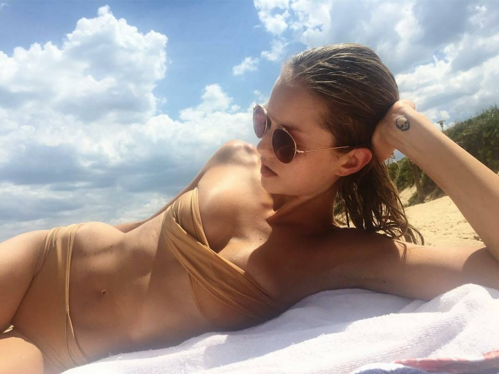 Aussie Hottie Isabelle Cornish Displaying Her Perfect Body gallery, pic 30