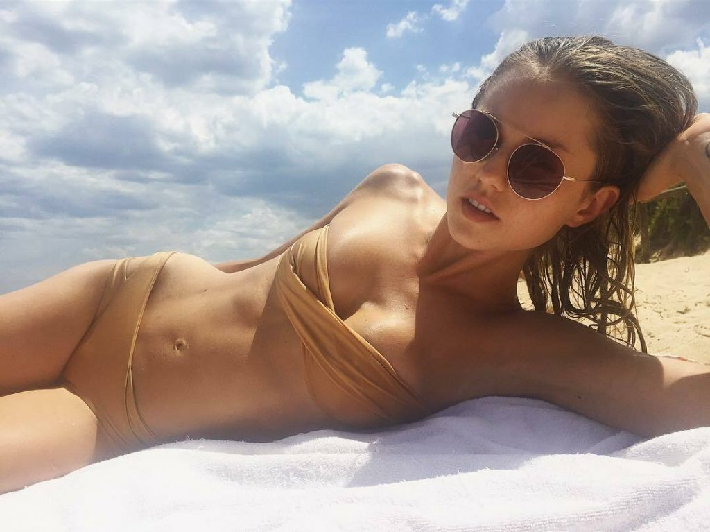 Aussie Hottie Isabelle Cornish Displaying Her Perfect Body gallery, pic 41