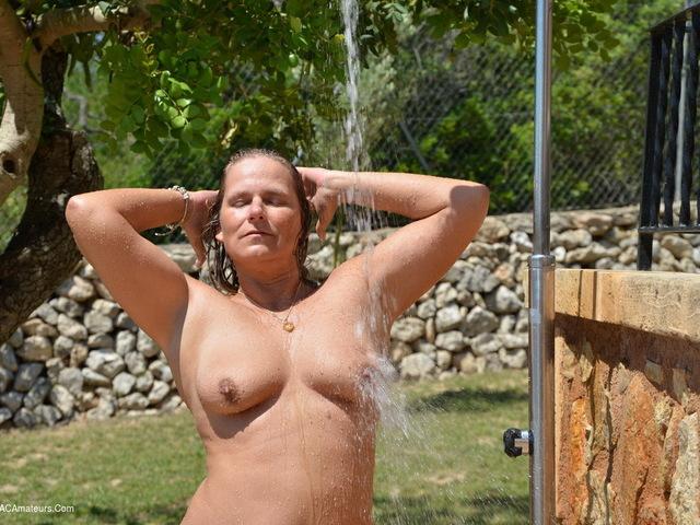 SweetSusi - Outside Shower