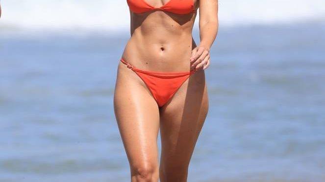 Jennifer Lahmers Sexy on Beach Bikini (17 Photos)