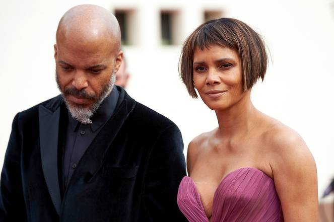 Halle Berry Cleavage 19