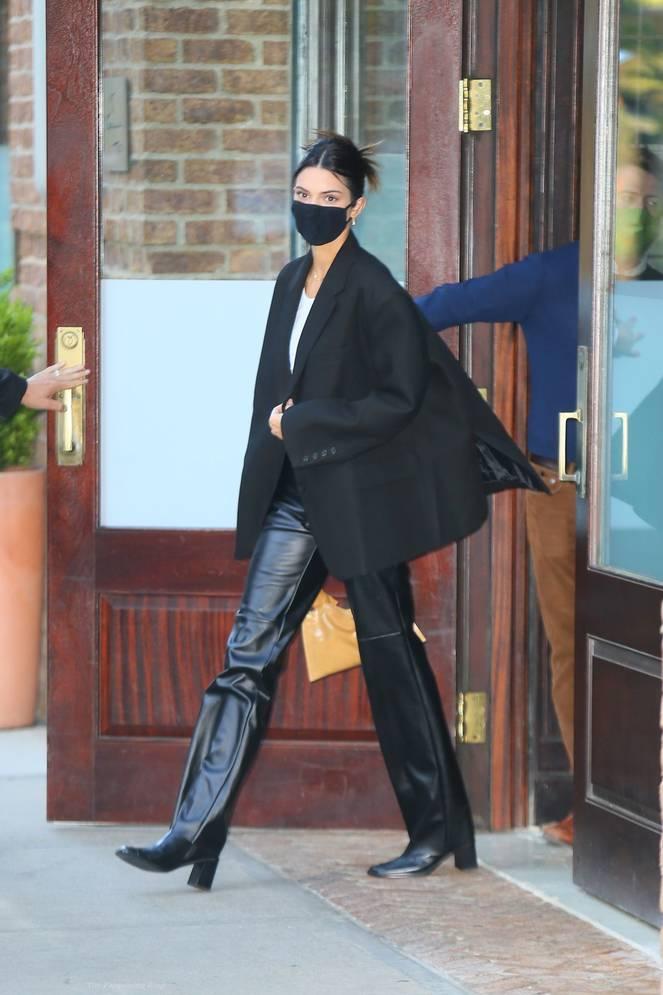 Kendall Jenner Braless 38